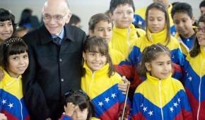 Maestro Abreu con bambini venezuelani